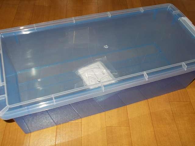 中が透けて中身がわかりやすい大容量薄型折りたたみ透明カラーコンテナと、小物収納に便利なコミック・ビデオサイズ透明収納ボックスを購入しました