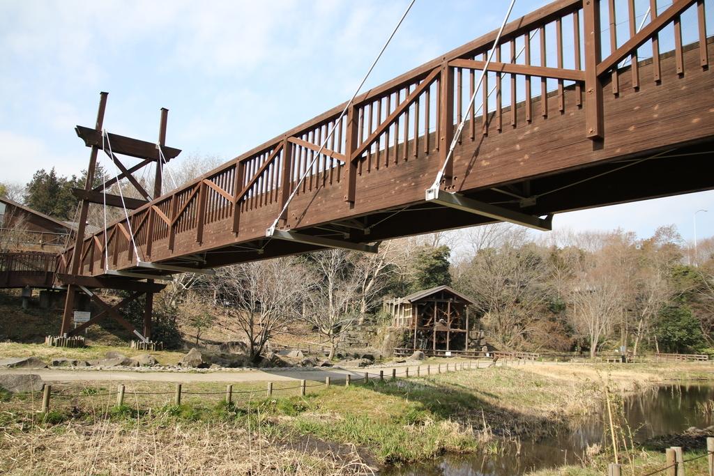 水車と日本最初の木製の斜張橋「緑のかけ橋」_1