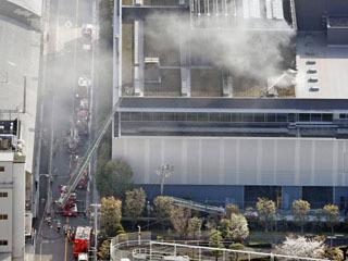 火災で煙を上げるシマノ本社工場