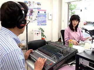 本放送開始に備えるFMおおつのスタジオ風景