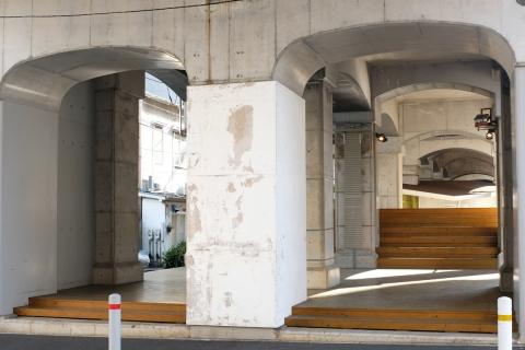 28黄金町ガード下階段広場