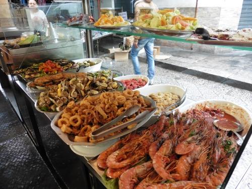 パレルモ市場内の店の大皿