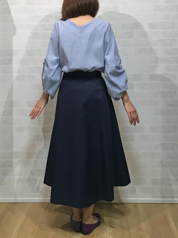 イリゼのふんわり袖のブラウスとパシオーネのイレギュラーヘムのフレアースカート