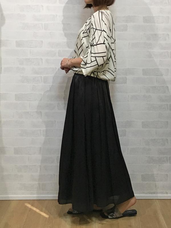 イリゼのプリントブラウスとアヴァンルタンの光る素材のマキシスカート