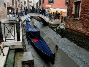 ヴェネツィアの水位は記録が始まって以来最低