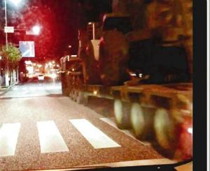 872929cadcb82697e31cbb02efcacd8f赤信号を無視して直進する米軍車両とみられる車