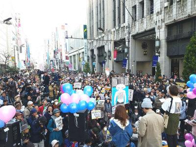 DZH5MMsU8AASYJy新宿伊勢丹前には8000人が集まり