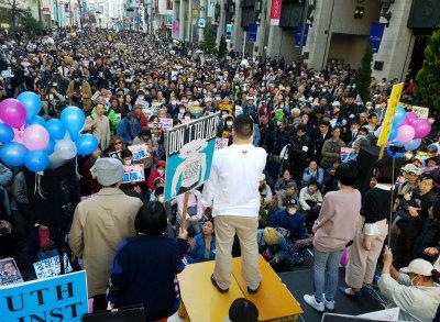 DZH5QF_UMAAtN3l新宿伊勢丹前には8000人が集まり