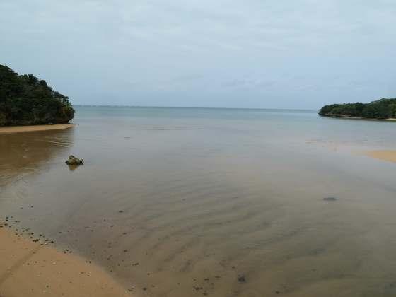 吹通川の河口から石垣島の海を望む