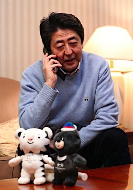 金メダルを獲得した羽生結弦選手にお祝いの電話をする安倍首相(17日午後9時30分、東京都渋谷区の私邸で)=代表撮影