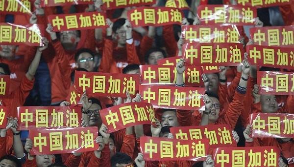 支那人も「中国!加油!中国!加油!」などとコールする。