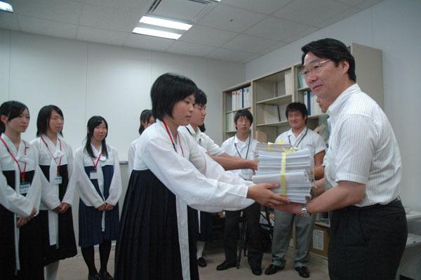 平成22年(2010年)7月27日当時「官房審議官」だった前川喜平は、高校無償化の後、数校の朝鮮学校を訪問し、「適用可否がはっきりしない状態が続き、生徒たちを不安な気持ちにさせて申し訳ないと思っている。生徒た