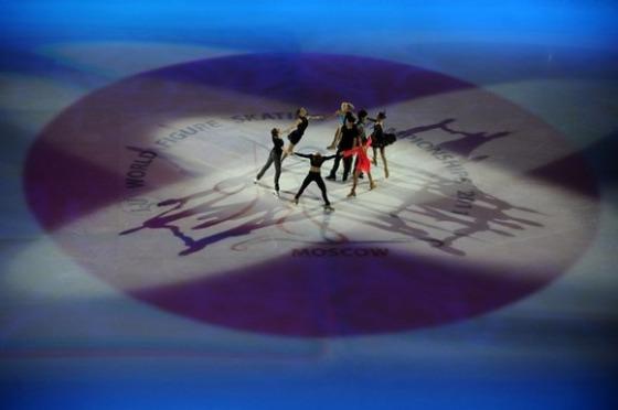 2011年世界フィギュア(モスクワ)のエキシビションフィナーレでは白いリンクに日の丸が映し出され、安藤と小塚、高橋の日本勢3人が登場。大震災が起きた日本を励ます演出で締めくくられたが、フジテレビは中継しな