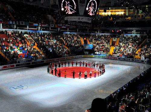 代替開催のロシアは、大震災に遭った日本に配慮し、日本のゴールデンタイムに合わせたプログラムを組み、開会式やフィナーレでは氷上に日の丸を映し、ロシアからのメッセージ「日本にささげる詩」も披露した。