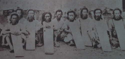 李氏朝鮮時代に首枷をした囚人たち(首の部分だけ穴の開いた板を着装している)