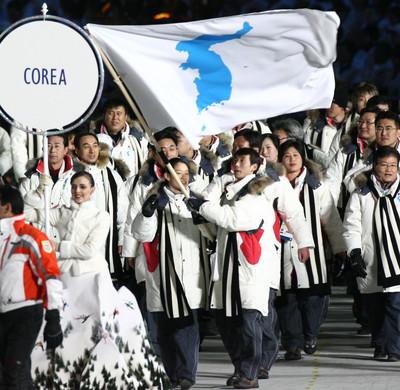 トリノ五輪開会式で統一旗を先頭に入場行進する韓国と北朝鮮の選手団=2006年2月、石井諭撮影