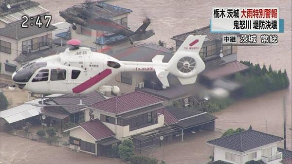 NHKが救助活動中の自衛隊ヘリを撮影(妨害)していたら、間にテロ朝(TV asahi)のヘリが割り込んで超至近距離で自衛隊ヘリの救助活動を妨害した!