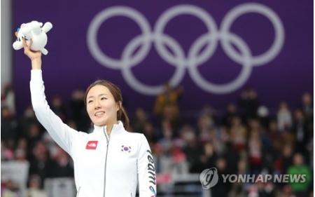 平昌冬季五輪のスピードスケート女子500メートルで銀メダルを獲得した韓国の李相花(イ・サンファ)が表彰台で手を振っている=18日、江陵(聯合ニュース)(END)