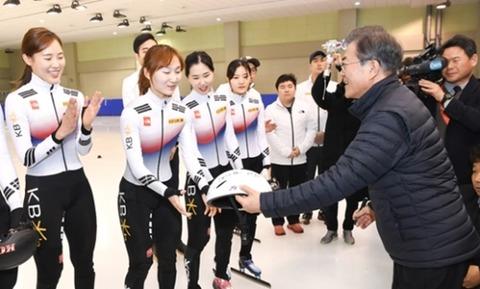 文在寅大統領が1月17日、忠北鎮川の国家代表選手村を訪問してショートトラック訓練場でチェ・ミンジョンのヘルメットに激励のメッセージを作成している。(写真=青瓦台写真記者団)