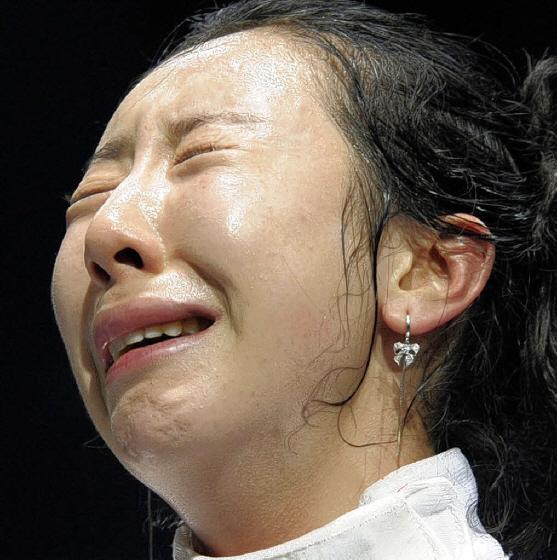 フェンシング女子で韓国の申アラムが審判買収に失敗して敗退、幼児のようにダダをこねて座り込み、以降の試合運営が大きく遅延