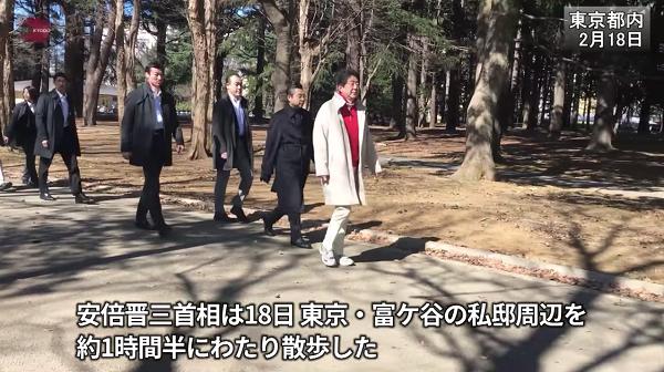 安倍晋三首相は18日、東京・富ケ谷の私邸近くを約1時間半、散歩した。 代々木公園ではジョギング中の男性から「憲法改正しないでください」と声をかけられたが、安倍首相は言葉を返さず無視した
