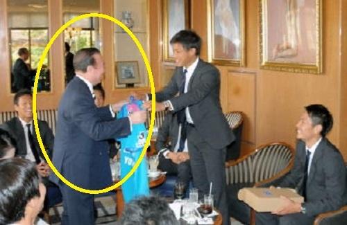 株式会社ディーエイチシー (DHC)代表取締役会長・CEO 吉田嘉明(左)