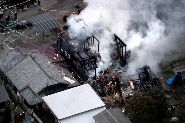 自衛隊ヘリが墜落し炎上する民家=5日午後5時54分、佐賀県神埼市、朝日新聞社ヘリから、堀英治撮影