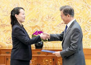 韓国大統領府で10日、文在寅(ムンジェイン)大統領(右)に金正恩(キムジョンウン)朝鮮労働党委員長の親書を手渡して握手する実妹の金与正氏=AFP時事