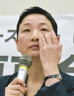 抗議の記者会見で、涙を拭う「のりこえねっと」の辛淑玉共同代表=27日午後、国会辛淑玉「大変むごい番組だ。彼らは笑いながら私を名指しし、笑いながら沖縄の人々を侮辱した。問われるのは日本のメディアや多数派