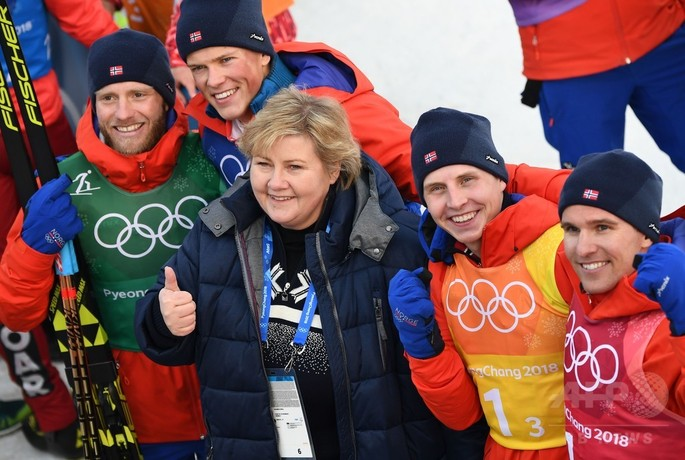 平昌冬季五輪、クロスカントリースキー男子40キロリレー。エルナ・ソルベルグ首相と金メダル獲得を喜ぶノルウェーチーム(2018年2月18日撮影)