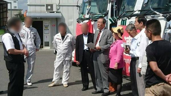 組合側から説明を受ける福島氏(左から3人目が課長に激しい言葉を浴びせた組合員) ©文藝春秋
