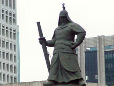 ソウル・光化門広場にある李舜臣将軍の銅像 「抗日」英雄像 忠武公(チュンムゴン 韓国の李舜臣像 「日本刀を持っている」と韓国内でクレーム「撤去せよ」と大騒ぎ … 刀は日本刀、中国の甲冑、くず鉄が原料で錆、雰