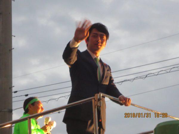 小泉進次郎氏の演説の様子。多くの人が集まっていた。
