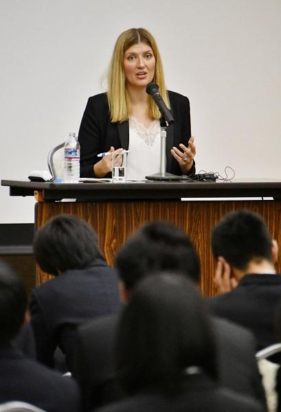 若者との対話集会で参加者からの質問に答えるICANのベアトリス・フィン事務局長=15日午後、広島市