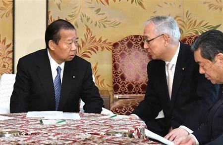 自民党の二階俊博、公明党の井上義久両幹事長は17日、東京都内で会談し、2月9日に韓国で行われる平昌五輪の開会式に「安倍晋三首相が出席するのが望ましい」との認識で一致した。首相は、慰安婦問題に関する日韓