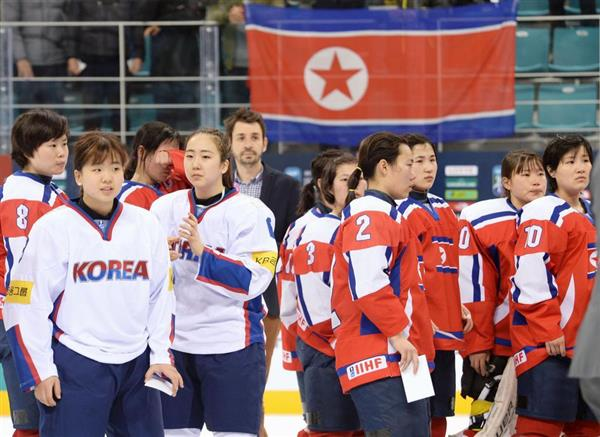 アイスホッケー女子の競技で対戦を終えた、北朝鮮(赤いユニホーム)と韓国の選手たち=2017年4月、韓国・江陵(共同)