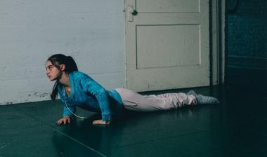 『聖なる鹿殺し』 長女のキムを演じるのはラフィー・キャシディ。足が萎えてしまった状態。