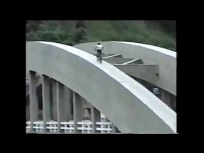 【苦笑】アホ・・・橋の上をマウンテンバイクで遊ぶやつ!死ぬよ!