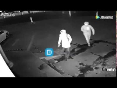 【笑える!】店に強盗に入ろうとした犯人にアクシデント!