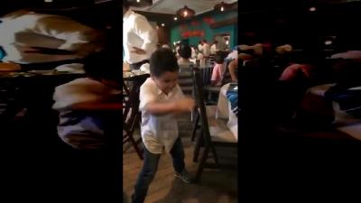 【笑える!】シャドーボクシングをしていた兄が弟に1発KO!