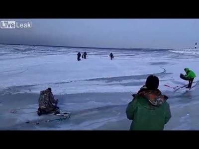 【衝撃!】氷河での釣りはリスキー!