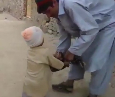 【笑える!】男の子が七面鳥を助けた・・・でも1日だけ命が延びただけ!