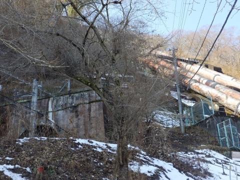 八ツ沢発電所水圧鉄管と中央本線トンネル