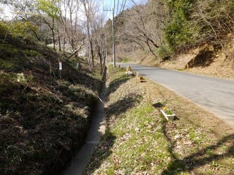 小松川の砂防堰堤上流の雨水側溝