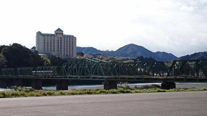 伊野かんぽの宿と鉄道橋