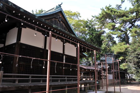 ABC_日本最古の三島神社は提灯を吊るす鉄の柵に囲われた神殿