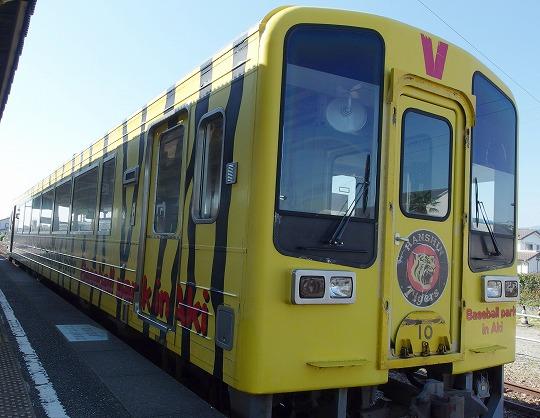 171101土佐山田駅タイガース列車