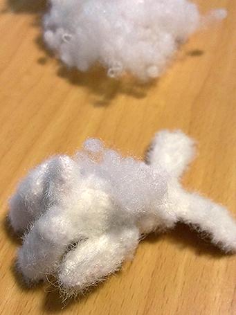 粒綿を背中から入れているところ。