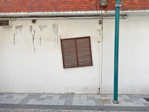落ちそうな窓