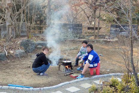 庭で炭焼き